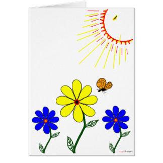 sol sonriente que brilla en las flores y mariposa tarjeta