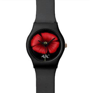 Sola amapola roja con el reloj de las iniciales