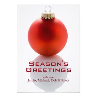 """Sola chuchería roja del árbol de navidad en blanco invitación 5"""" x 7"""""""