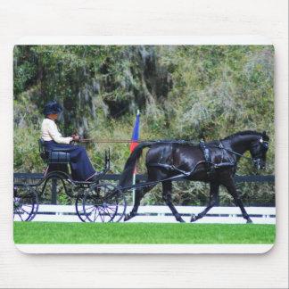 sola conducción negra del carro del caballo mousepads