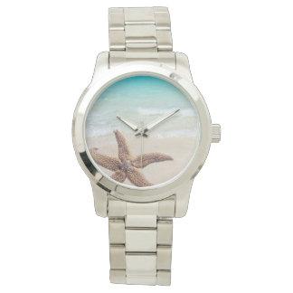 Sola escena de la playa de las estrellas de mar relojes