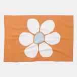 sola flor blanca en el naranja