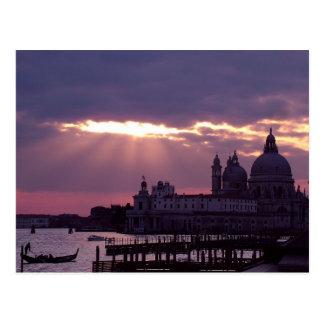 Sola góndola en la puesta del sol tarjeta postal