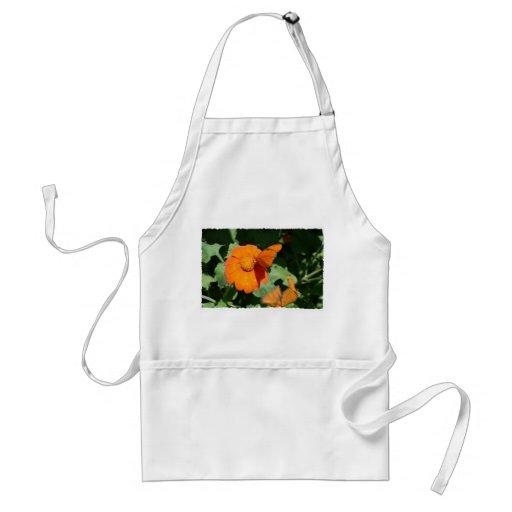 Sola mariposa anaranjada en una sola flor anaranja delantal