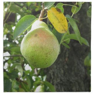Sola pera verde que cuelga en el árbol servilletas de papel