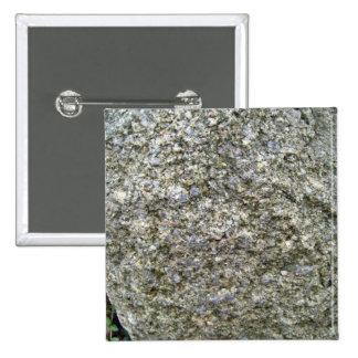 Sola roca con el liquen blanco en la montaña Lands Pin