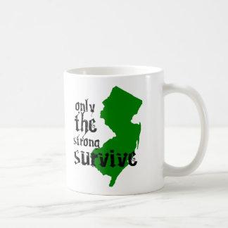 Solamente el fuertes sobreviven taza