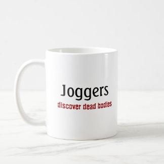 Solamente los basculadores descubren cuerpos tazas de café
