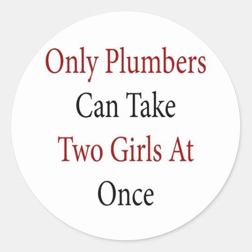 Solamente los fontaneros pueden tomar a dos chicas pegatinas redondas