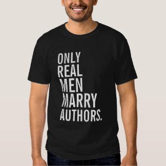 Solamente los hombres reales casan a autores playeras