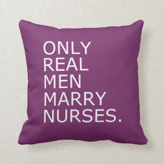 Solamente los hombres reales casan a enfermeras cojin