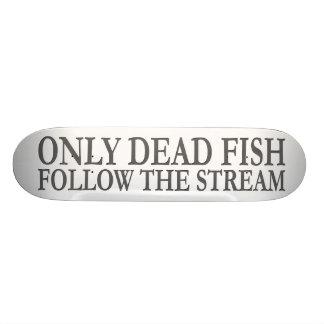 Solamente los pescados muertos siguen la corriente patin