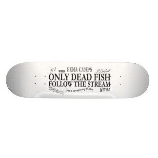 Solamente los pescados muertos siguen la corriente patineta personalizada