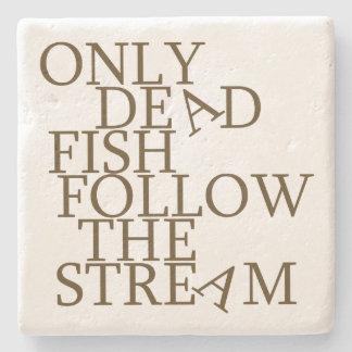 Solamente los pescados muertos siguen la corriente posavasos de piedra