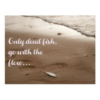 Solamente los pescados muertos van con el flujo tarjetas postales