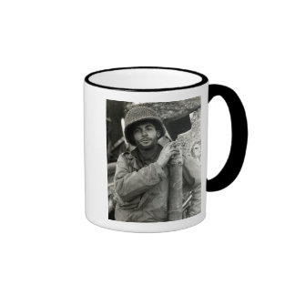 Soldado americano de WWII en el bosque de Hurtgen Taza De Café