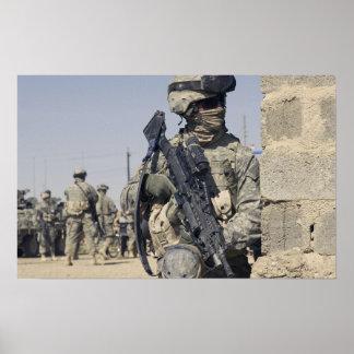 Soldado armado con un MK-48 Póster