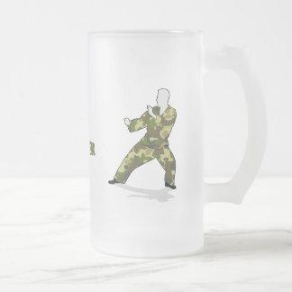 Soldado de Camo en las bebidas de color caqui Taza De Cristal