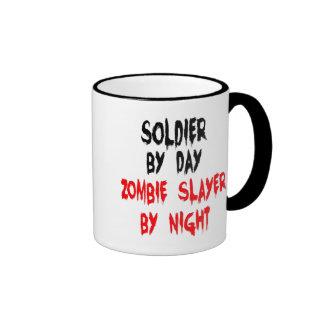 Soldado del asesino del zombi taza de dos colores