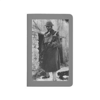 Soldado desmenuzando la entrada cuadernos grapados