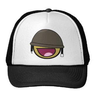 Soldado sonriente de la cara impresionante con el  gorra