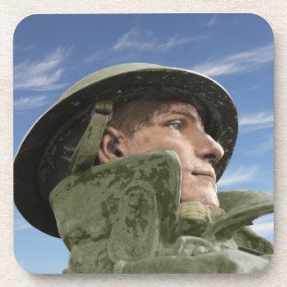Soldado WW1 en trenca y casco Posavasos