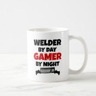 Soldador por videojugador del día por noche taza básica blanca