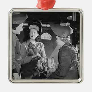Soldadores de las mujeres adorno navideño cuadrado de metal