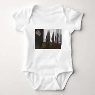 Soldados altos (surrealismo blanco y negro) body para bebé