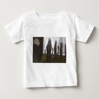 Soldados altos (surrealismo blanco y negro) playera de bebé