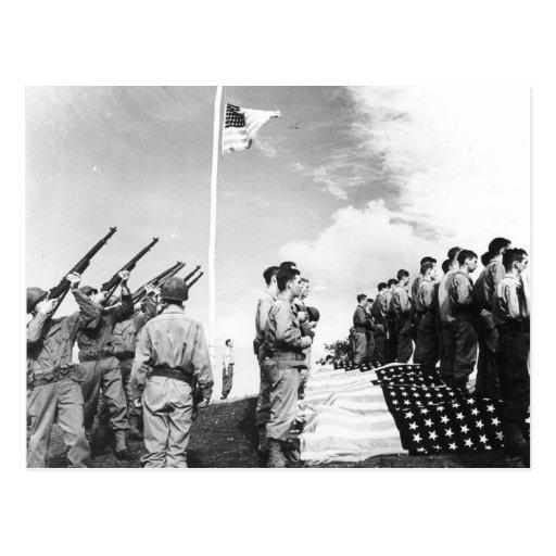 Soldados caidos del saludo de WWII Tarjeta Postal