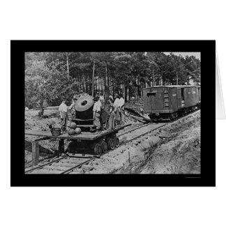 Soldados con un cañón en un coche de ferrocarril tarjeta de felicitación