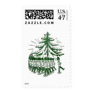 Soldados de juguete marzo alrededor de un árbol sellos postales