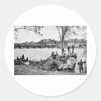 Soldados de la unión que guardan el río Potomac en Pegatina Redonda