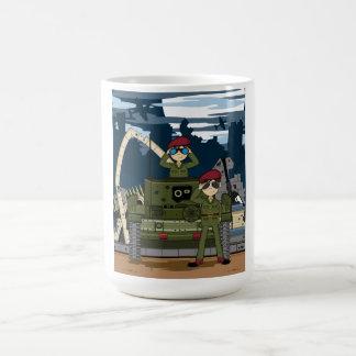 Soldados del ejército británico y taza de café de