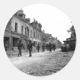 Soldados en Caen Pegatina Redonda