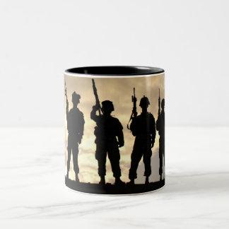 Soldados en militares de la silueta taza de dos tonos