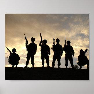 Soldados en siluetas de los militares de la póster