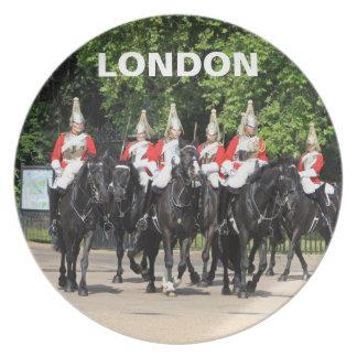 Soldados montados caballería del hogar en la foto  plato