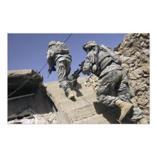 Soldados que corren para arriba la escalera de un  foto