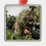 Soldados vestidos en juegos del ghillie adorno