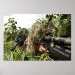 Soldados vestidos en juegos del ghillie poster