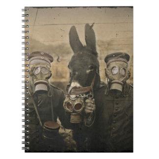 Soldados y burro en caretas antigás cuaderno