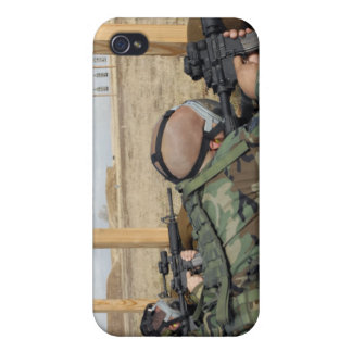 Soldiers sight M-4 rifles down range iPhone 4/4S Case