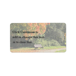 Solo banco de parque en el otoño etiquetas de dirección