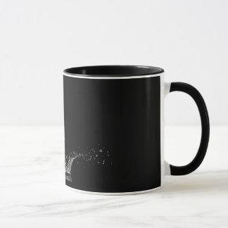 Solo chapoteo del agua en un fondo negro taza