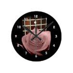 Solo color de rosa rosado pardusco contra fretboar reloj