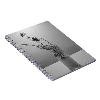 Solo cuaderno blanco negro de la flor de cerezo