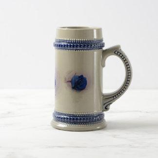Solo fondo color de rosa, pálido azul marino jarra de cerveza