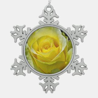 Solo ornamento del navidad del rosa amarillo adorno de peltre en forma de copo de nieve